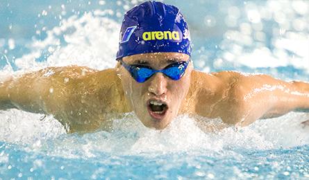 津川選手が水しぶきをあげて泳いでいる画像